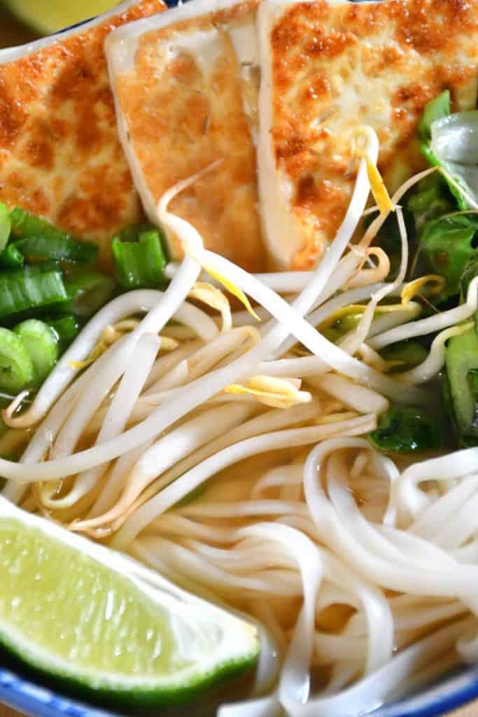 Garniture croustillante de tofu et de légumes verts pour la pho végétalien faible en sodium.