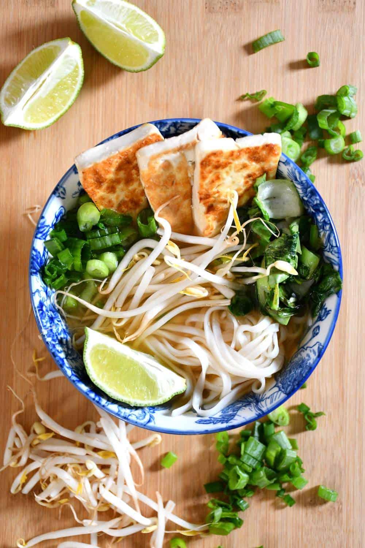 Pho végétalien à faible teneur en sodium avec du tofu croustillant et des légumes verts.